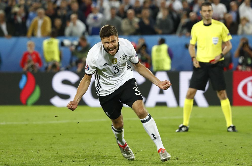 Foto: Jonas Hector celebra el penalti que dio a Alemania el pase a semifinales. (Reuters)