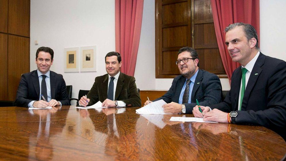 Foto: Teodoro García Egea, Juan Manuel Moreno Bonilla, Francisco Serrano y Javier Ortega durante la firma del acuerdo.