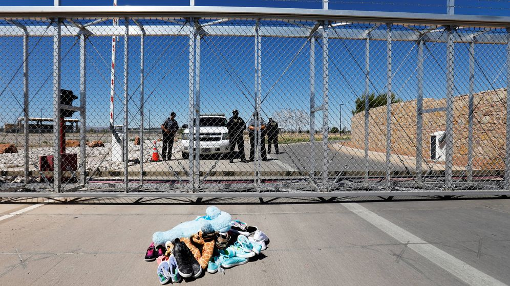 Foto: Zapatos y juguetes de niño colocados a modo de protesta frente a la puerta de un centro de detención de menores inmigrantes en Tornillo, Texas, el 21 de junio de 2018. (Reuters)