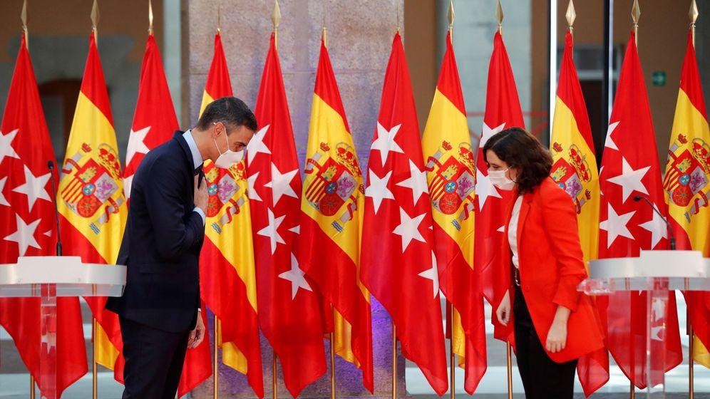 Foto: La presidenta de la Comunidad de Madrid, Isabel Díaz Ayuso, y el presidente del Gobierno, Pedro Sánchez, se saludan durante su comparecencia conjunta. (EFE)