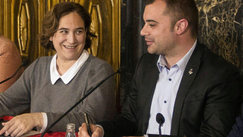 La alcaldesa de Barcelona, Ada Colau, y el entonces regidor de Terrassa, Jordi Ballart, el pasado 22 de marzo en la capital catalana. (EFE)