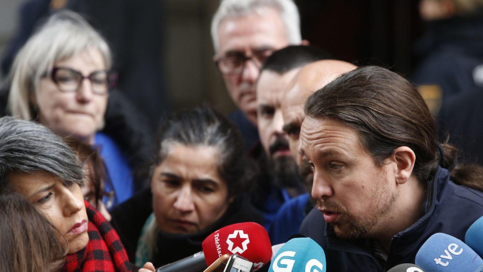 Foto: El líder de Podemos, Pablo Iglesias, atiende a los medios en el patio del Congreso de los Diputados. (EFE)
