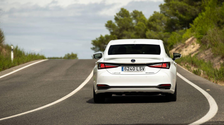Con sus 218 CV de potencia total, el ES 300h acelera de 0 a 100 km/h en 8,9 segundos. La velocidad máxima está limitada electrónicamente a 180 km/h.