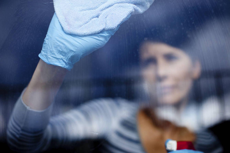 Foto: Las limpiadoras son el sector peor pagado. (iStock)