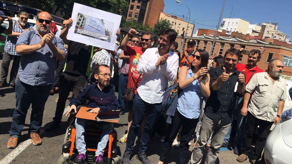 Foto:  Los dirigentes de Podemos demandados, esta mañana junto a los taxistas. (Foto: Analía Plaza)
