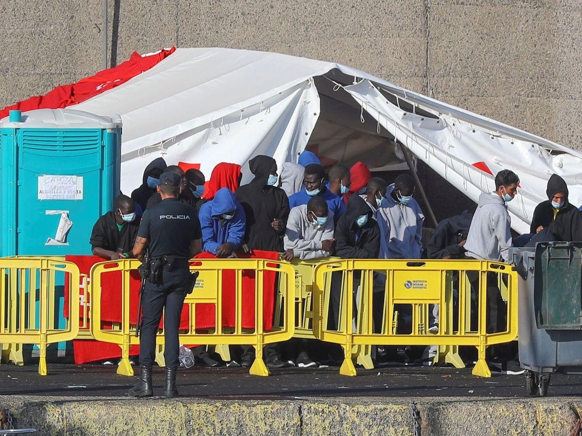 Foto: Migrantes en el muelle el pasado jueves. (EFE)