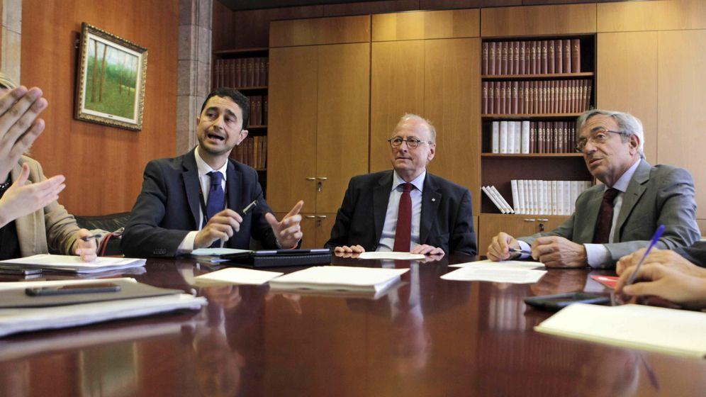 Foto: De izda. a dcha.: Damià Calvet, de CiU; el secretario general de la Presidencia, Jordi Vilajoana, y Xavier Sabater, del PSC, en una imagen de archivo. (EFE)