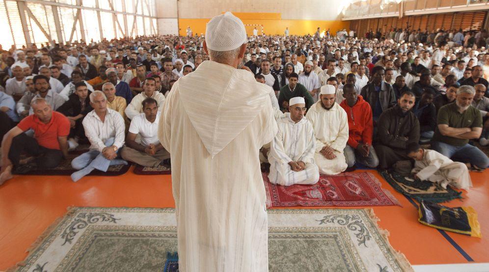 Foto: Un imán se dirige a cientos de musulmanes durante el rito de comienzo del Eid-al-Fitr en una mezquita española. (Foto: EFE)