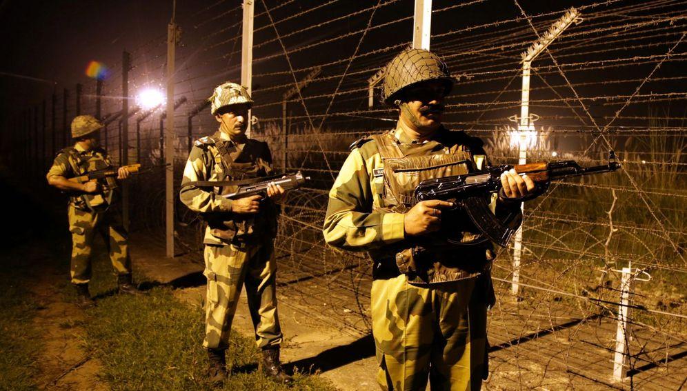 Foto: Soldados indios patrullan la frontera entre India y Pakistán en Jammu, Cachemira, el 2 de octubre de 2016 (Efe).