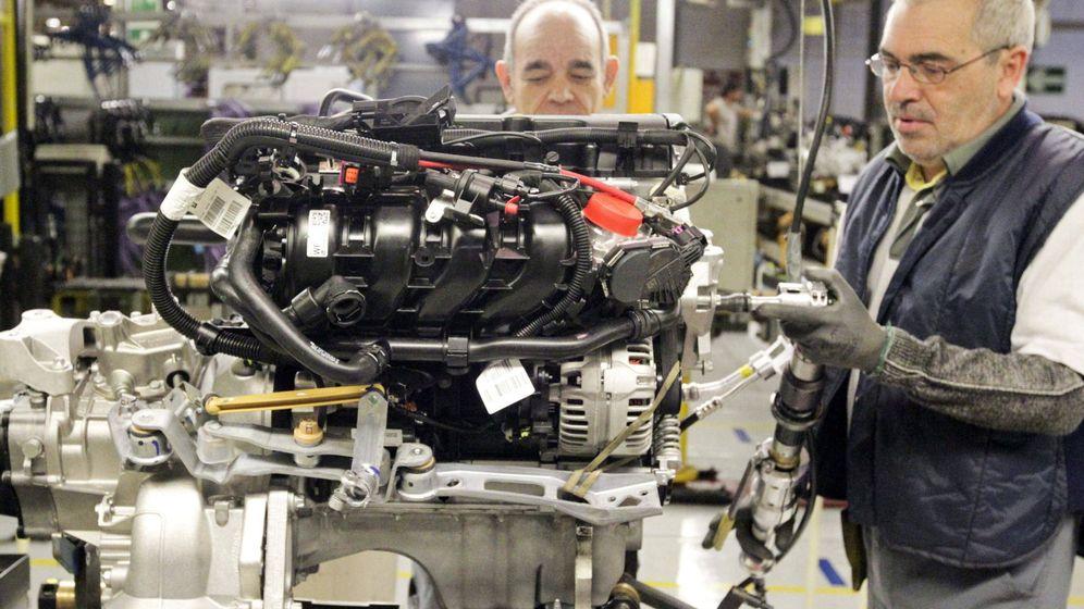 Foto: Trabajadores de una cadena de montaje. (EFE)