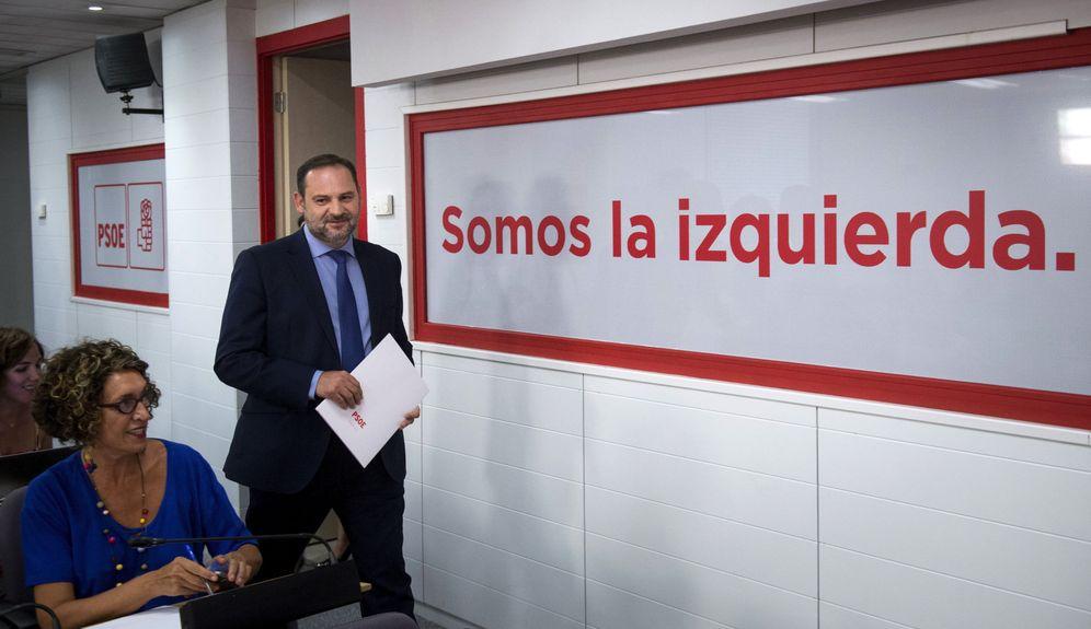Foto: José Luis Ábalos, llegando a la comparecencia en la sala de prensa de Ferraz, este 20 de septiembre. (EFE)