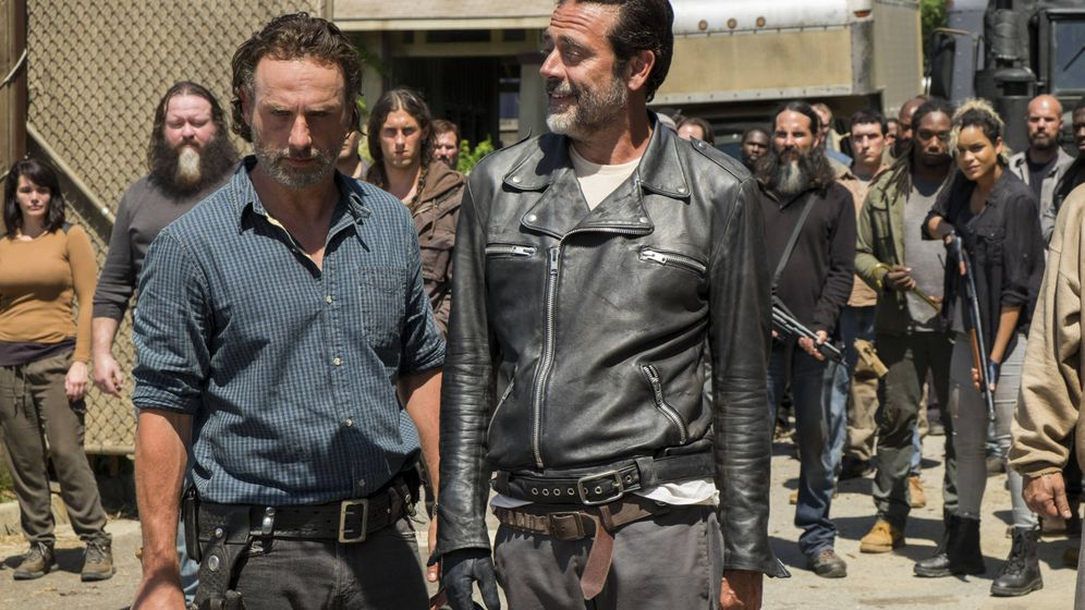 Foto: Rick y Negan, intercambiando puntos de vista a la entrada de Alexandria. (FOX España)