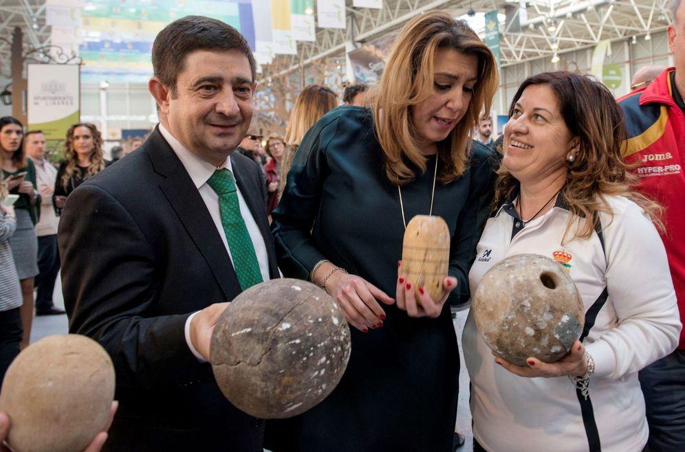 Foto: Susana Díaz, en su visita a la V Edición de la Feria de los Pueblos de Jaén, con el presidente de la Diputación provincial, Paco Reyes, este 16 de marzo. (EFE)