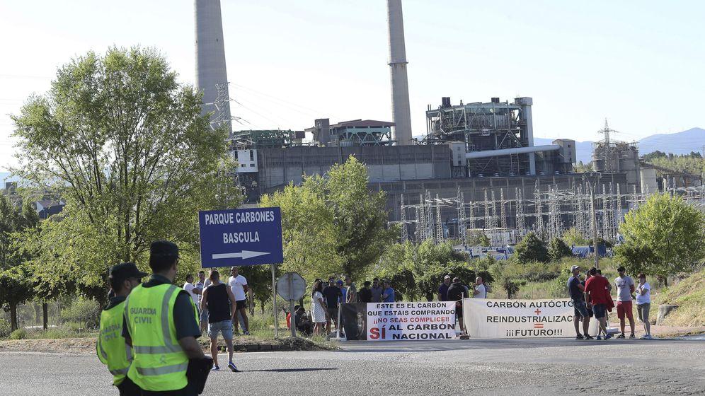 Foto: Los trabajadores de la Compañía Minera Asturleonesa durante la protesta que llevaron a cabo en agosto ante las puertas de la central térmica de Compostilla. (EFE)