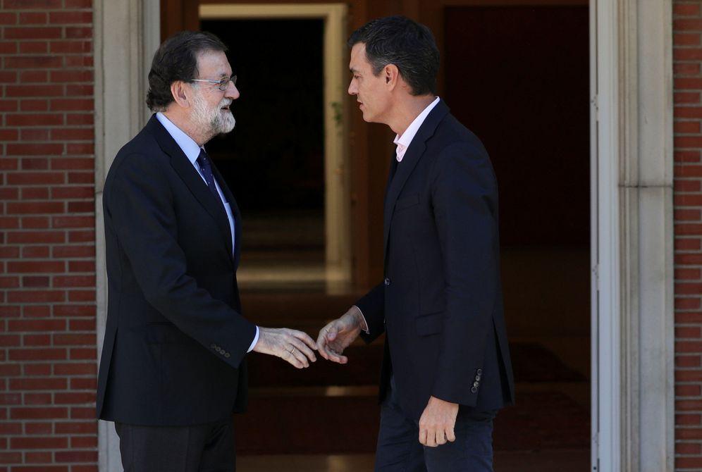 Foto: Mariano Rajoy recibe a Pedro Sánchez en La Moncloa, este 2 de octubre. (Reuters)