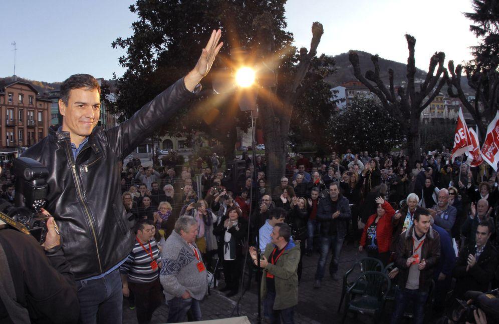 Foto: Pedro Sánchez, aclamado por militantes y simpatizantes socialistas en El Entrego, en San Martín del Rey Aurelio, este 10 de diciembre. (EFE)
