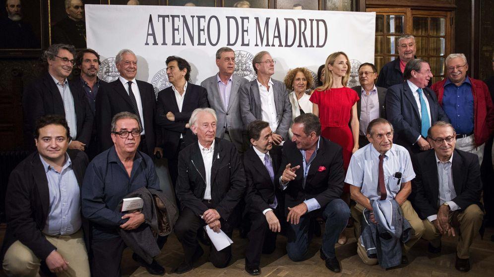 Foto: Fotografía de familia de los asistentes al acto en el que se leerá el manifiesto 'Por la responsabilidad civil'. (EFE)