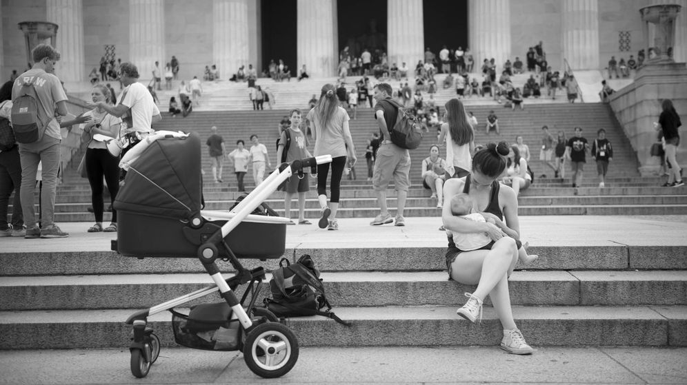 Foto: Una madre dando el pecho en el memorial de Lincoln en Washington | iStock