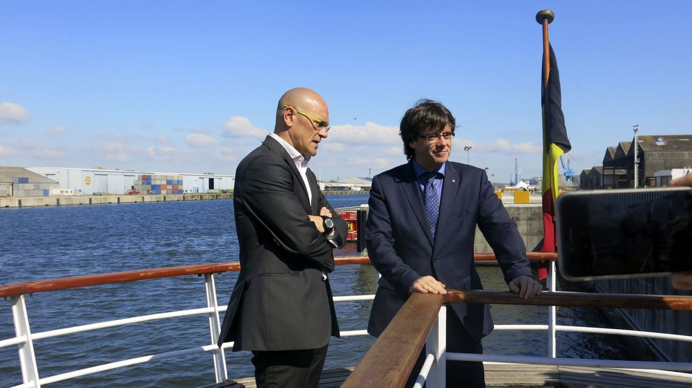 Foto: El presidente de la Generalitat, Carles Puigdemont (d), y el conseller de Asuntos Exteriores, Raül Romeva durante una visita al puerto de Gante. (EFE)