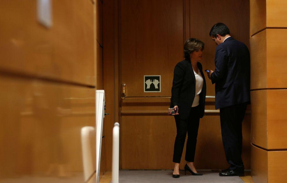Foto: Soraya Sáenz de Santamaría y José Luis Ayllón, conversando en el Senado este 26 de octubre. (Reuters)