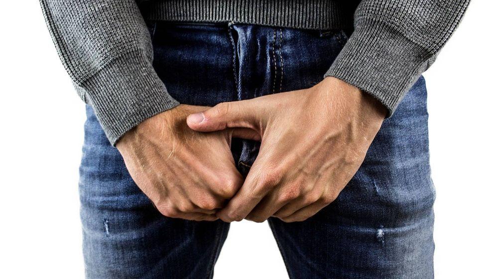 Foto: Un hombre se agarra sus partes íntimas por el dolor. Foto: Pixabay