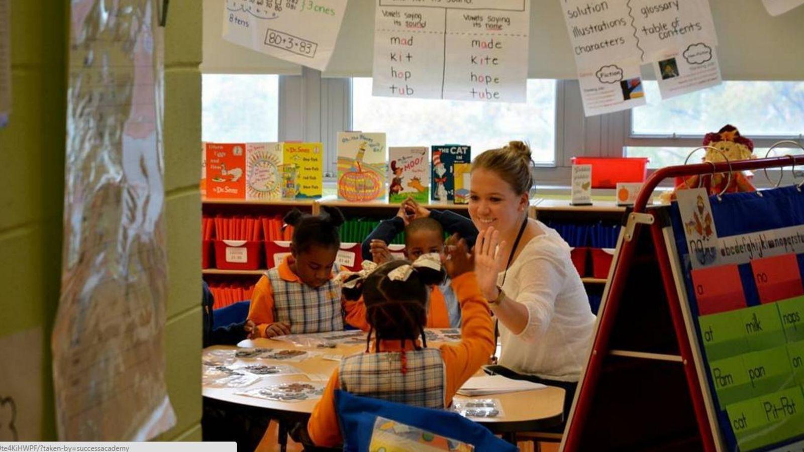 Foto: La señorita Colella, una de las profesoras de la Success Academy, con sus alumnos.