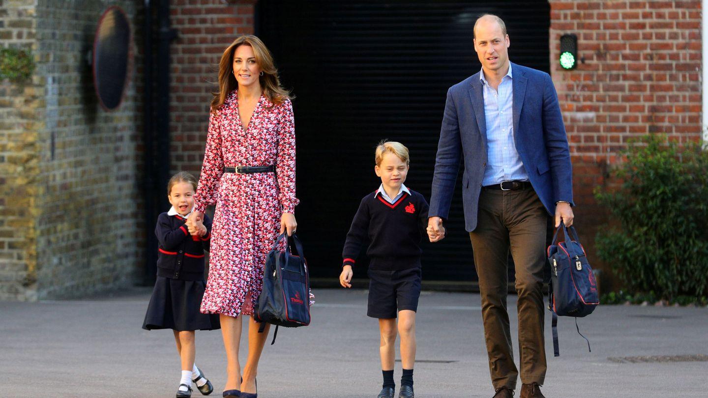 George y Charlotte, en el primer día de curso de 2019, junto a los duques de Cambridge. (Reuters)
