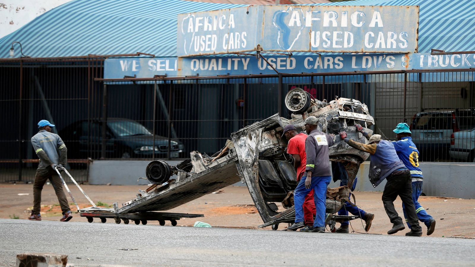 Foto: Restos de un coche quemado tras los disturbios xenófobos en Sudáfrica. (Reuters)