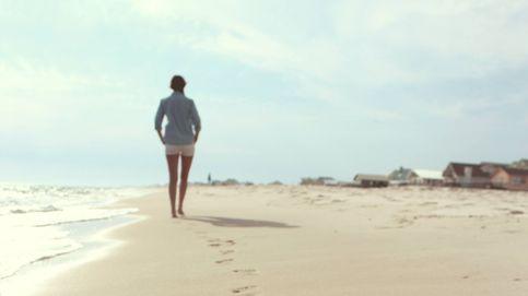 Por qué caminar por la playa quema más calorías que hacerlo en la ciudad