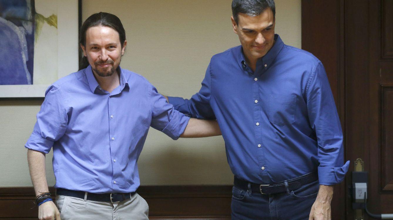 Foto: Los líderes de Podemos, Pablo Iglesias (i), y del PSOE, Pedro Sánchez, se saludan durante una reunión el pasado julio de 2017. (EFE)