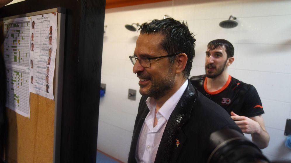 Foto: Pedro Martínez acabó empapado en la celebración de Valencia Basket (ACB Photo)