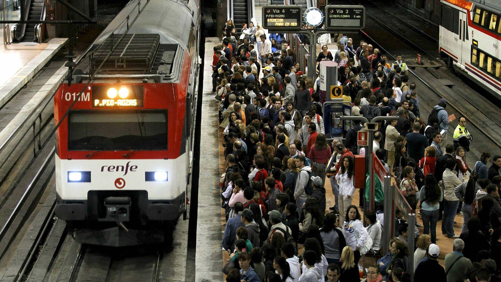 Foto: Un tren de Cercanías en la estación de Atocha, de donde partirán los servicios de transporte alternativo. (Efe)
