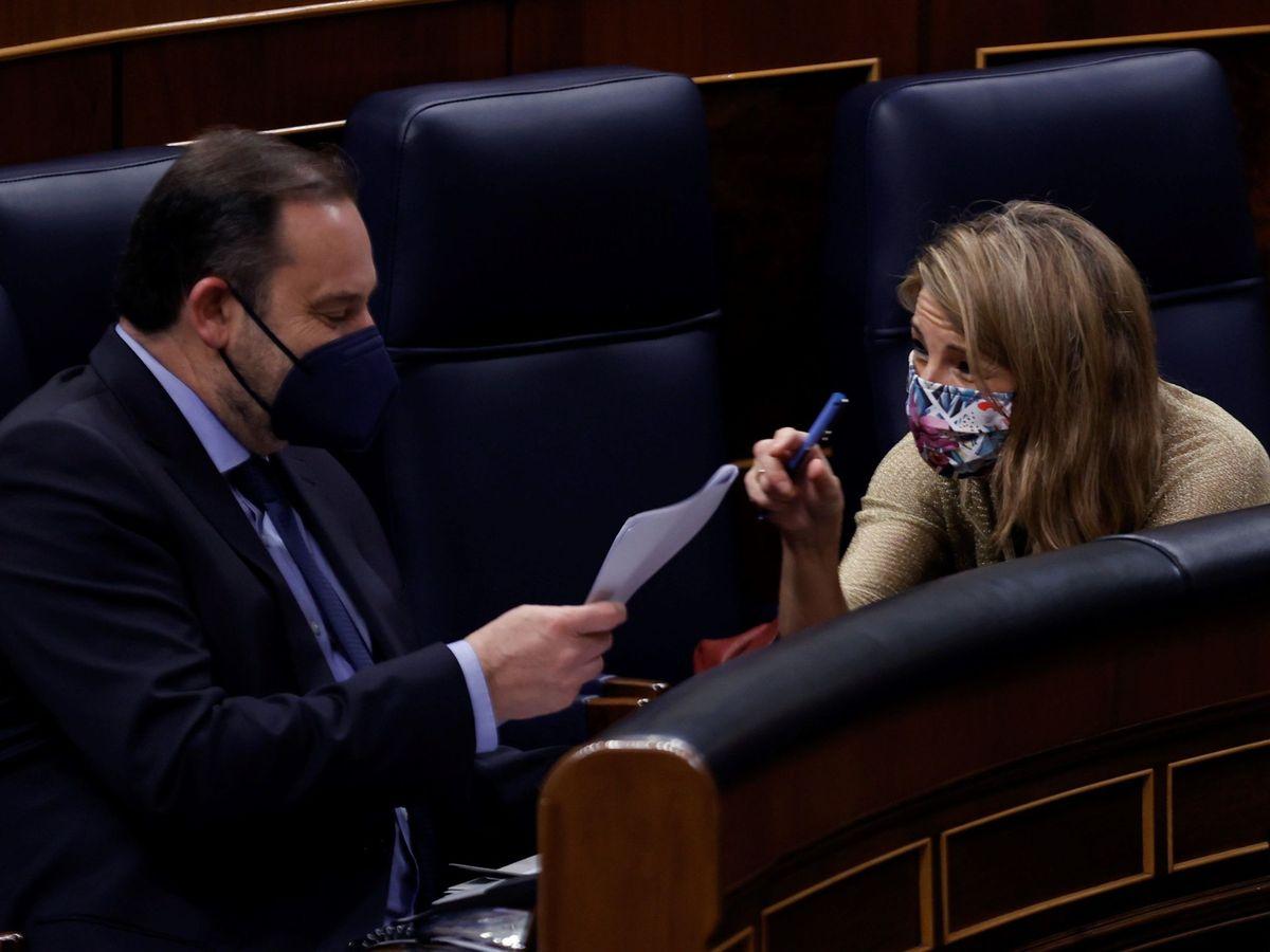 Foto: La vicepresidenta tercera del Gobierno y ministra Trabajo, Yolanda Díaz, y el ministro de Transportes, José Luis Ábalos, durante un pleno del Congreso. (EFE)