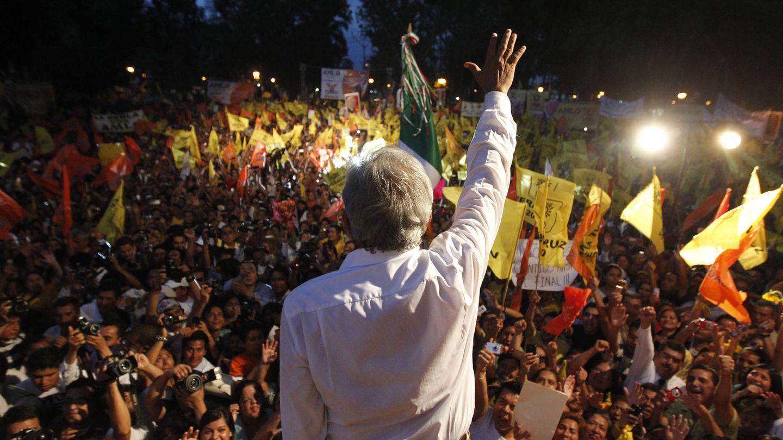 López Obrador saluda a simpatizantes durante un evento de campaña en Orizaba, en el estado de Veracruz. (Reuters)
