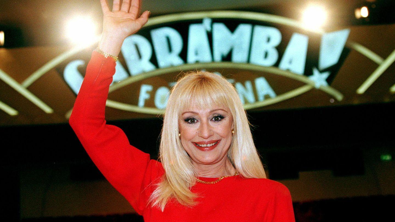 Raffaella, junto al cartel de 'Carramba!  Che fortuna'. (EFE)