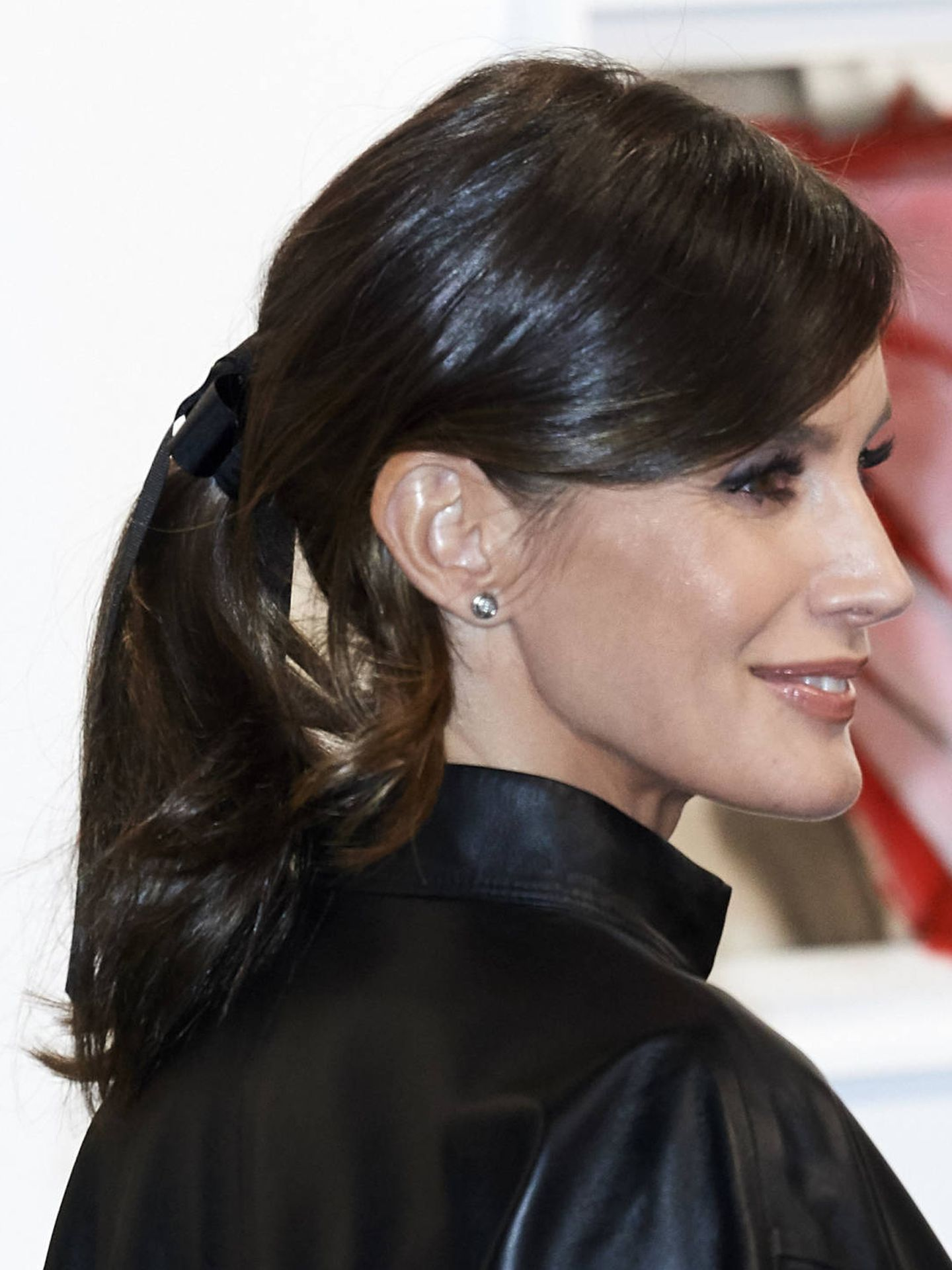 La salud del cabello de la reina Letizia es más que evidente. El brillo y el tono homogéneo demuestran un excelente cuidado. En la imagen, en ARCO 2019. (Getty)