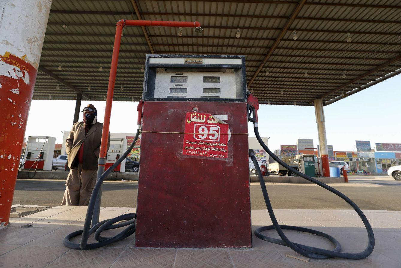 Foto: Una gasolinera en el pueblo saudí de Salwa, en la frontera entre Qatar y Arabia Saudí, el 29 de enero de 2016 (Reuters).