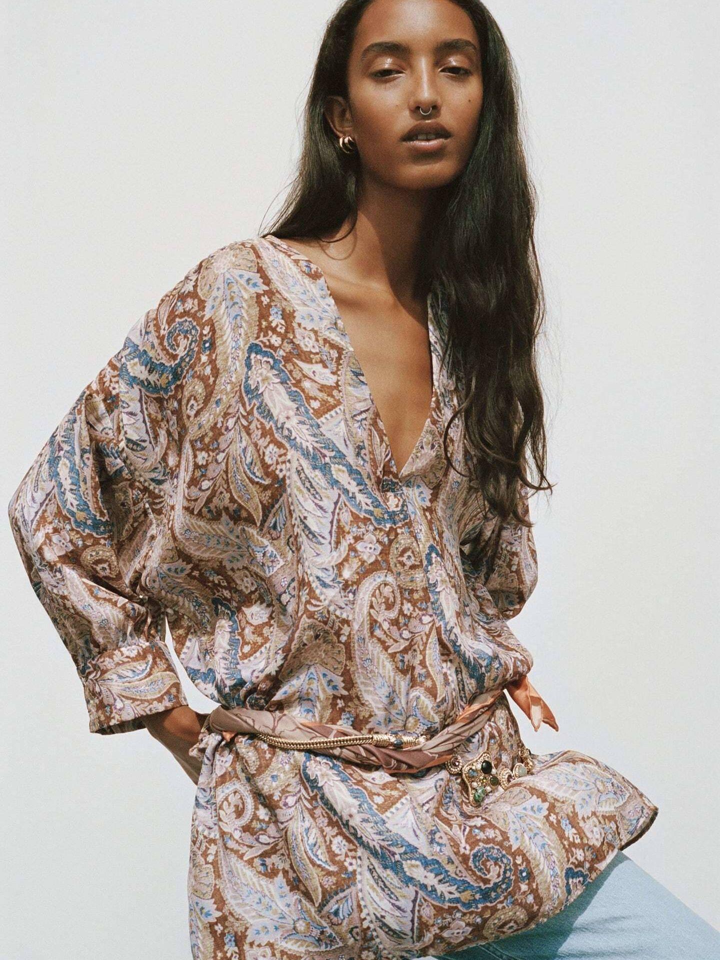 Camisa de estampado paisley de Zara. (Cortesía)