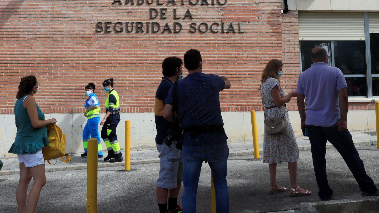 Varias personas hacen cola ante el Centro de Especialidades de Orcasitas para someterse a una prueba PCR. (EFE)