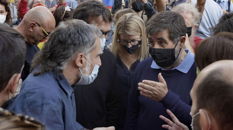 El secretario general de JxCat, Jordi Sànchez (d), acompañado por el presidente dse Omnium Cultural, Jordi Cuixart (i), se concentraron desde primera hora de esta mañana frente al Consulado de Italia en Barcelona. (EFE)