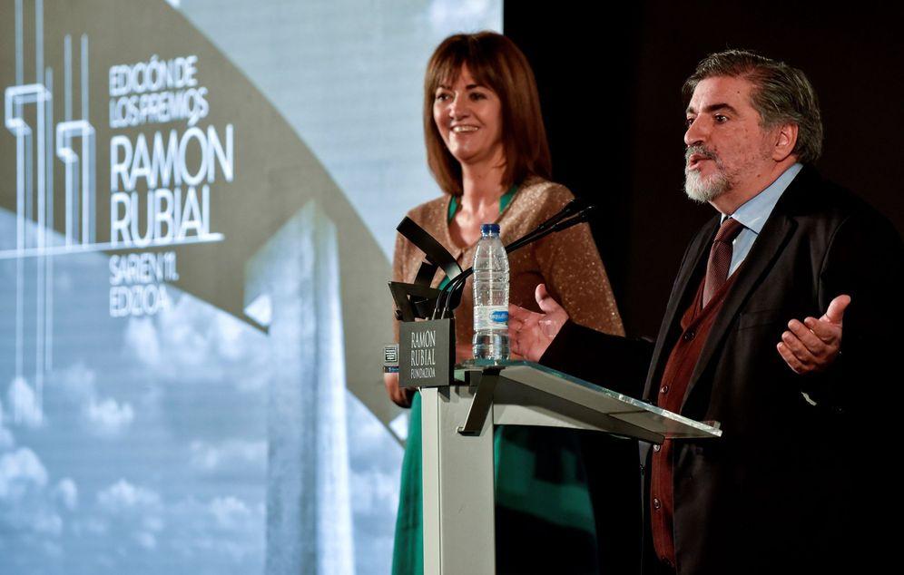 Foto: Eguiguren, junto a Idoia Mendia, en la entrega de los premios Ramón Rubial en diciembre de 2017. (EFE)
