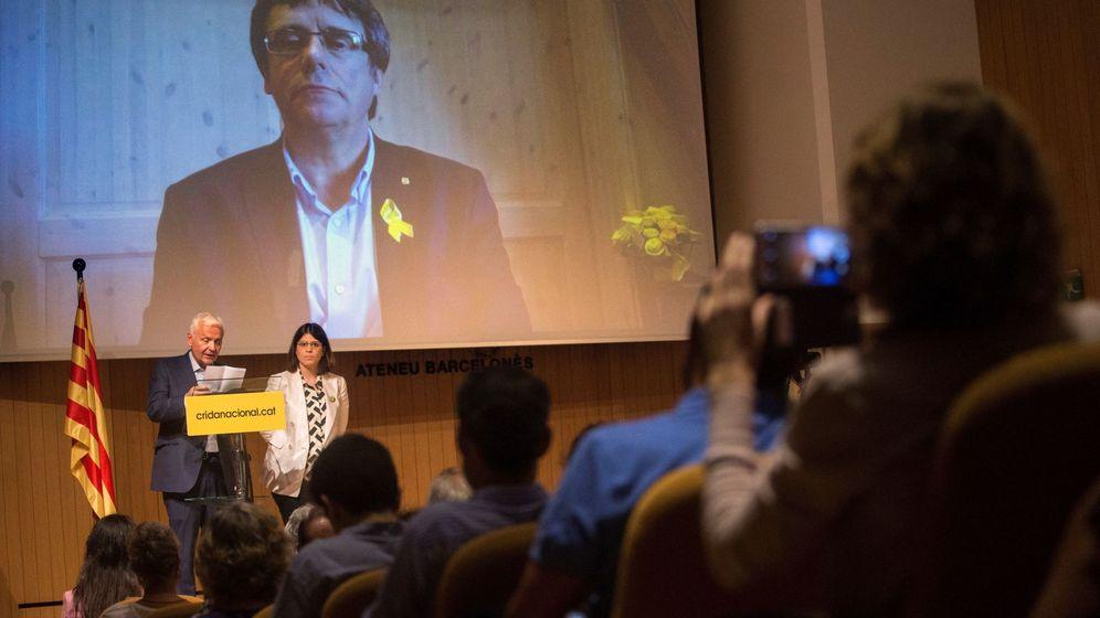 Foto: El delegado de la Generalitat en Madrid, Ferran Mascarell (i), y la portavoz adjunta de JxCAT, Gemma Geis (d), leen el manifiesto de presentación de Crida Nacional per la República. (EFE)