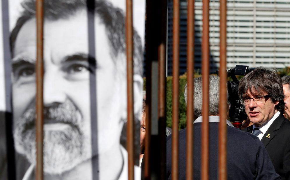 Foto: Carles Puigdemont junto a una pancarta de Jordi Cuixart. (Reuters)