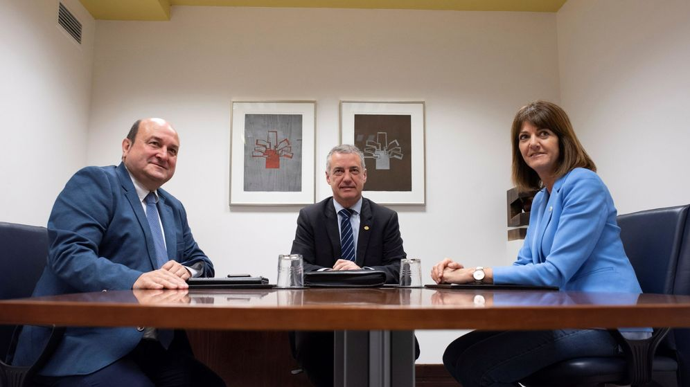 Foto: El 'lehendakari' Urkullu, junto al presidente del PNV, Andoni Ortuzar (i), y la secretaria general del PSE-EE, Idoia Mendia, en una imagen de 2018. (EFE)
