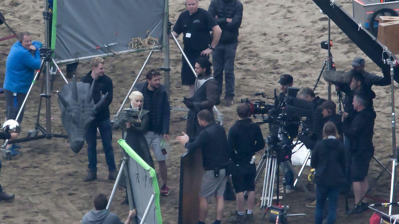 Jon Nieve y Daenerys Targaryen, durante el rodaje de 'Juego de Tronos' en la playa de Zumaia (Gipuzkoa)