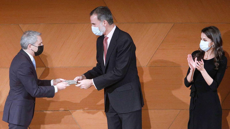 Los Reyes, entregando el premio a Vicente Vallés. (LP)