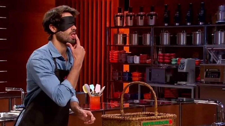 El modelo intenta adivinar de qué alimento se trata con los ojos vendados.