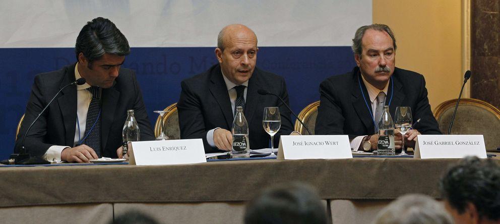 Foto: El presidente de AEDE, Luis Enríquez (i), el ministro Wert y el director general, José Gabriel González. (EFE)