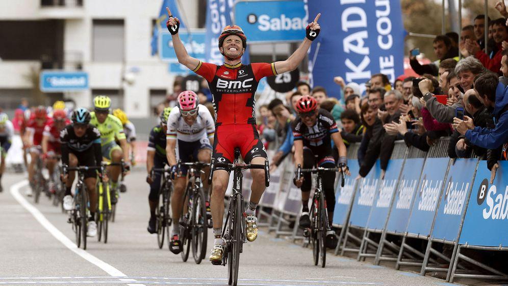 Foto: Samuel Sánchez celebra su victoria en Orio durante la Itzulia (Javier Etxezarreta/EFE).
