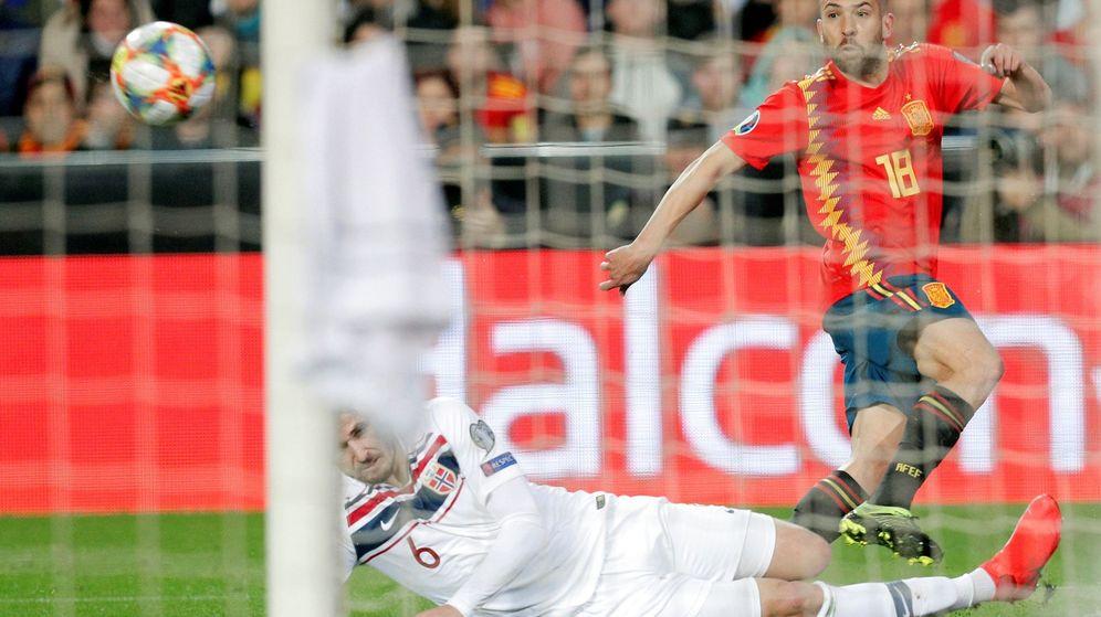 Foto: Jordi Alba mete un centro en el partido contra Noruega. (EFE)